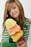 La chica joven muestra apagado el helado Imágenes de archivo libres de regalías