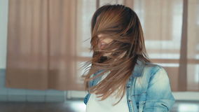 La chica joven muestra movimientos del baile lentamente metrajes