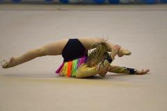 La chica joven participa en la competencia de la gimnasia Foto de archivo