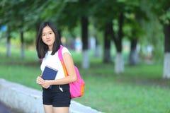 La chica joven que camina en el parque es paso Imagenes de archivo