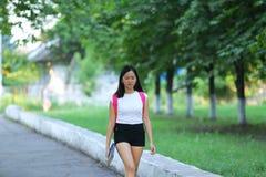 La chica joven que camina en el parque es paso que camina Fotografía de archivo libre de regalías