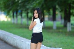 La chica joven que camina en el parque es paso que camina Fotografía de archivo