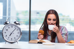 La chica joven que desayuna en la mañana Imagen de archivo