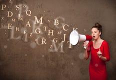 La chica joven que grita en el megáfono y el texto salen Fotografía de archivo libre de regalías