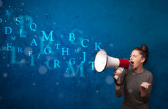 La chica joven que grita en el megáfono y el texto salen Imagen de archivo libre de regalías