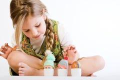 La chica joven que la controlaba pintó los huevos Imágenes de archivo libres de regalías
