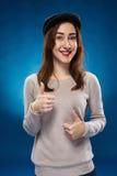 La chica joven que muestra la autorización manosea con los dedos encima de muestra de la mano Imágenes de archivo libres de regalías