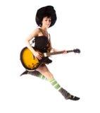 La chica joven que salta con una guitarra Fotos de archivo libres de regalías