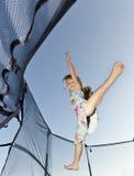 La chica joven salta Imagenes de archivo