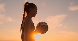 La chica joven salta el voleibol en la playa, cámara lenta del servicio almacen de video