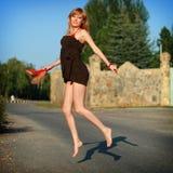 La chica joven salta en el camino Fotos de archivo libres de regalías