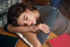 La chica joven se cayó dormido mientras que leía un libro Imágenes de archivo libres de regalías