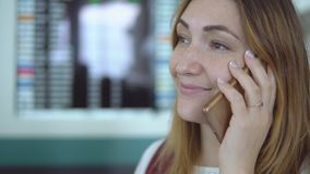 La chica joven sonriente en ropa elegante habla en smartphone en el aeropuerto almacen de video