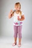 La chica joven sopla hacia fuera burbujas de jabón Imagen de archivo