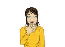 La chica joven sorprendida cubre su boca con sus manos Hermoso Foto de archivo