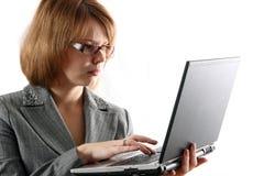 La chica joven sostiene la computadora portátil Fotografía de archivo