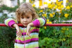La chica joven tiene un resto en patio trasero Imagenes de archivo