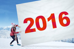 La chica joven tira de la bandera con los números 2016 Imágenes de archivo libres de regalías