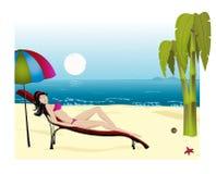 La chica joven toma el sol en una playa Imágenes de archivo libres de regalías