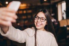 La chica joven toma la imagen de su uno mismo Fotografía de archivo libre de regalías