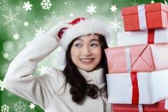 La chica joven trae los regalos de la Navidad Imágenes de archivo libres de regalías