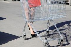 La chica joven va al supermercado Fotos de archivo libres de regalías