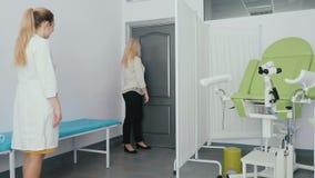 La chica joven viene al hynekoloh en clínica almacen de metraje de vídeo