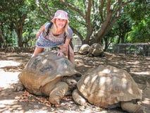 La chica joven y la tortuga 200 años: dos di Fotos de archivo