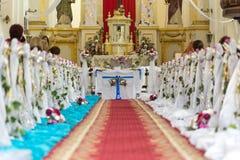 La chiesa è pronta per la cerimonia di nozze fotografia stock