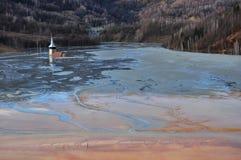 La chiesa abbandonata si è sommersa da un lago in pieno dai residui chimici Fotografia Stock