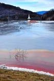 La chiesa abbandonata si è sommersa da un lago in pieno dai residui chimici Immagini Stock Libere da Diritti