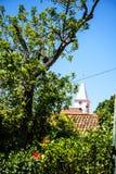La chiesa in Camara de Lobos un paesino di pescatori vicino alla città di Funchal ed ha alcune di più alte scogliere nel mondo Fotografia Stock Libera da Diritti