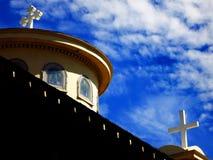 La chiesa cattolica attraversa i campanili con cielo blu e le nuvole fotografie stock