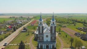 La chiesa cattolica della nostra signora di Ruzhantsova nel villaggio di Radun belarus Siluetta dell'uomo Cowering di affari stock footage