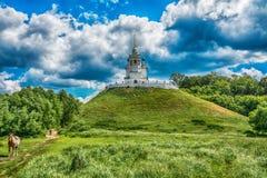 La chiesa che sta su una collina Immagine Stock Libera da Diritti