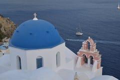 La chiesa con la cupola blu a OIA Santorini fotografia stock libera da diritti
