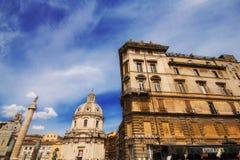 30 04 2016 - La chiesa del nome più santo di Maria, della colonna di Traiano e dell'arco circostante Immagine Stock