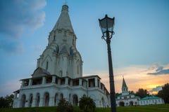 La chiesa dell'ascensione in Kolomenskoye, sera di estate immagine stock