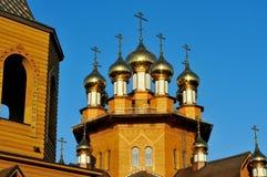 La chiesa di legno con le cupole dorate contro il cielo blu La Russia, Belgorod Fotografia Stock Libera da Diritti