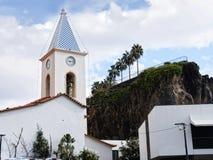 La chiesa di parrocchia in Camara de Lobos un paesino di pescatori vicino alla città di Funchal ed ha alcune di più alte scoglier Fotografie Stock Libere da Diritti