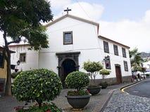 La chiesa di parrocchia in Camara de Lobos un paesino di pescatori vicino alla città di Funchal ed ha alcune di più alte scoglier Fotografia Stock