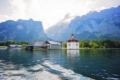 La chiesa di St Bartholomew al konigsee del lago Fotografie Stock
