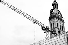 La chiesa di St Peter con la gru, Monaco di Baviera Germania Fotografia Stock