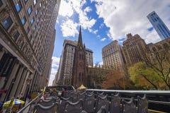 La chiesa di trinità in Manhattan ha osservato dal bus di escursione Fotografia Stock Libera da Diritti