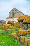 La chiesa dietro i massi Fotografia Stock