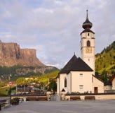 La chiesa ed il villaggio di Colfosco, in alpi italiane Fotografie Stock