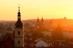La chiesa gotica della nostra signora prima di Tyn durante l'alba stupefacente Praga, repubblica Ceca Fotografia Stock
