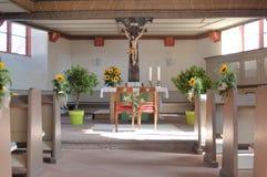 La chiesa ha preparato per la cerimonia nuziale Immagini Stock Libere da Diritti