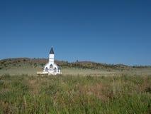 La chiesa luterana della trinità in un campo con erba alta in FO immagini stock