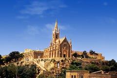 La chiesa magnifica sta sopra le costruzioni circostanti fotografia stock libera da diritti